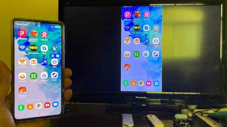 Vertical view of Samsung Galaxy S20 FE mirrored via UGREEN Digital AV Adapter