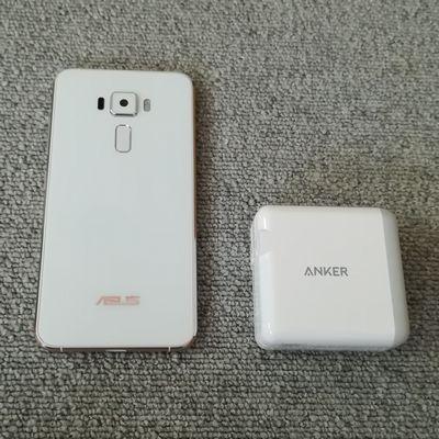 Anker PowerPort 4と「ZenFone 3 (ZE520KL)」をサイズ比較