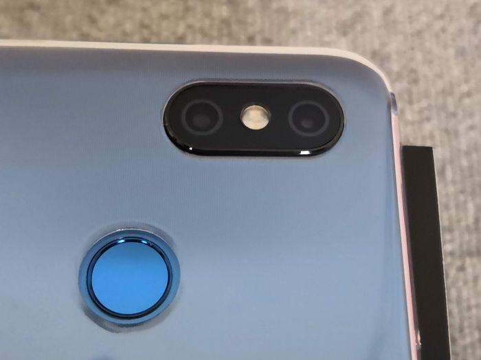 「Mi 8」の保護ケースのカメラ穴