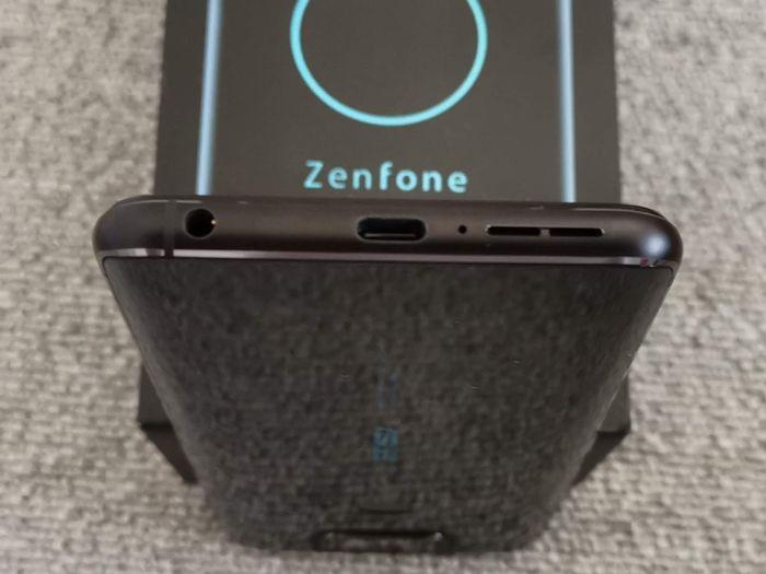 「ZenFone 6」のUSBポート
