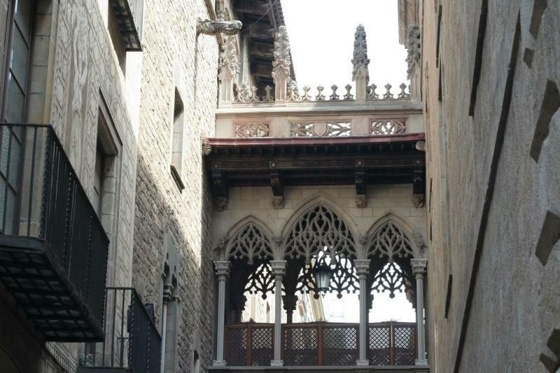 В исторической части города то тут, то там натыкаешься на маленькие произведения искусства