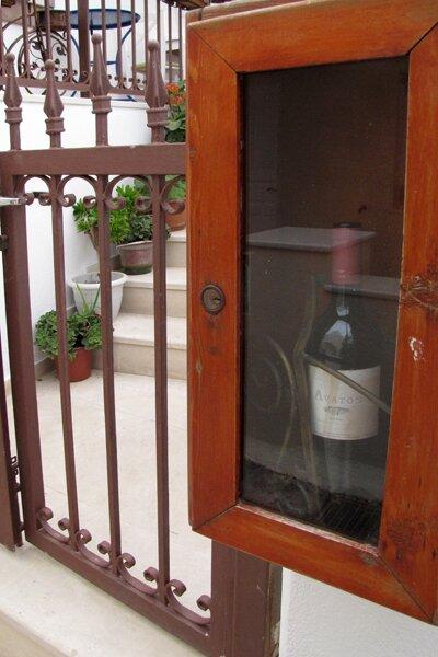 Вино, выставленное на улице города Имеровигли. Санторини