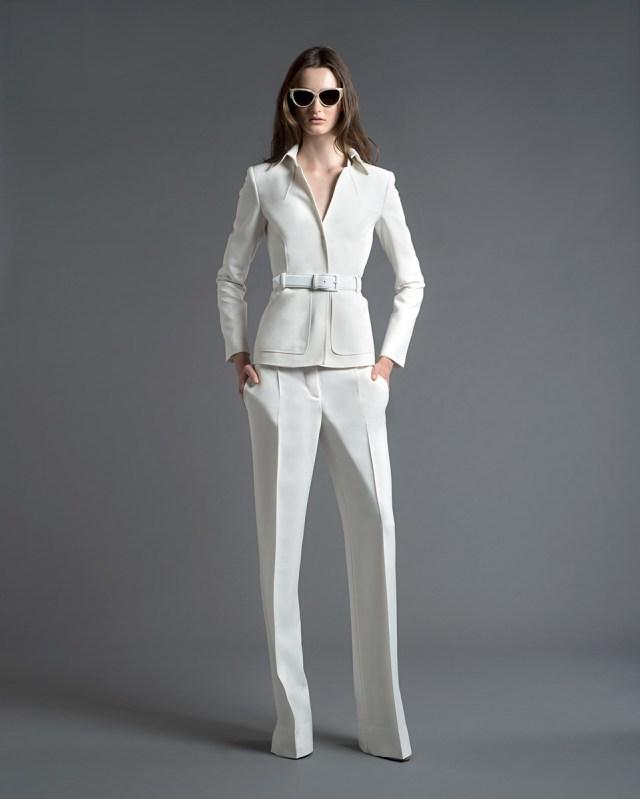 На фото: неформальный деловой стиль - белый брючный костюм.