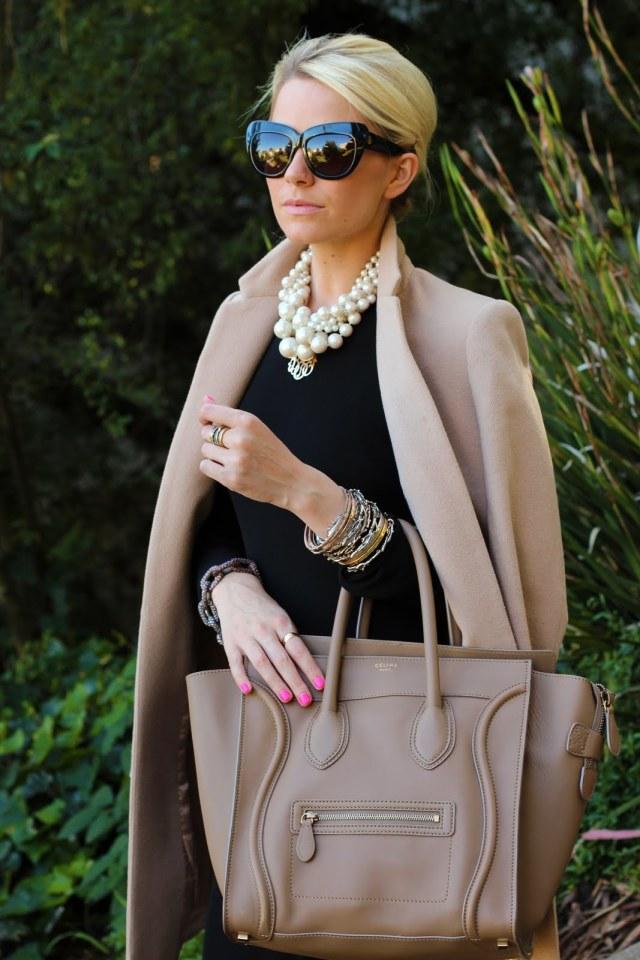 На фото: светлое пальто и черная кофта.