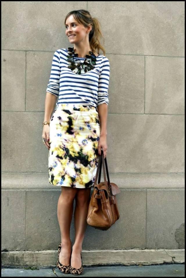 На фото: кофта с принтом в полоску и цветная юбка.