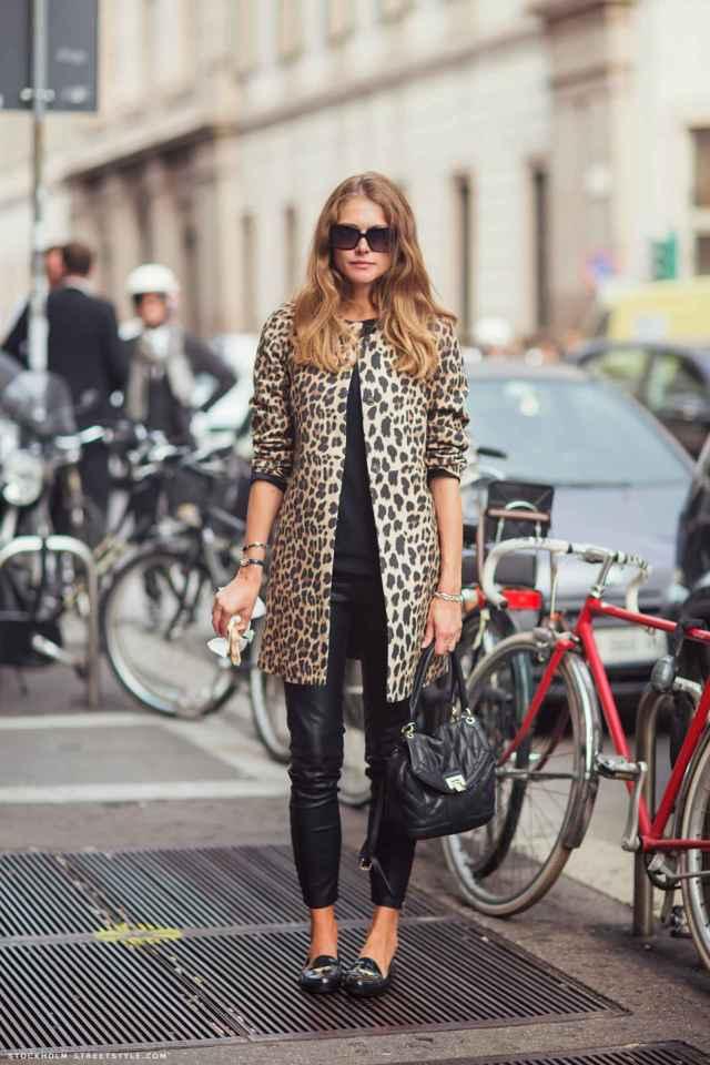 На фото: стиль кэжуал-джинсы с пальто.