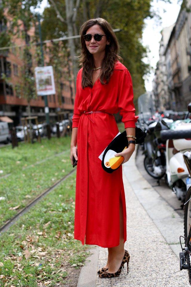 На фото: длинное красное платье рубашка