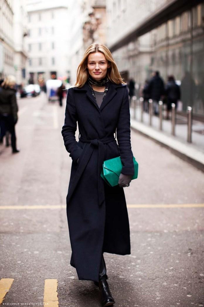 На фото: длинное черное женское пальто