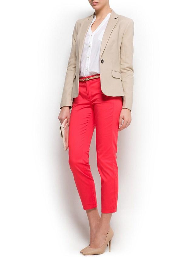 Бежевый женский пиджак с красными укороченными брюками