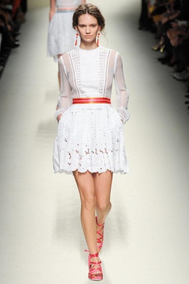 Белое короткое модное платье — фото новинка от Alberta Ferretti весна-лето