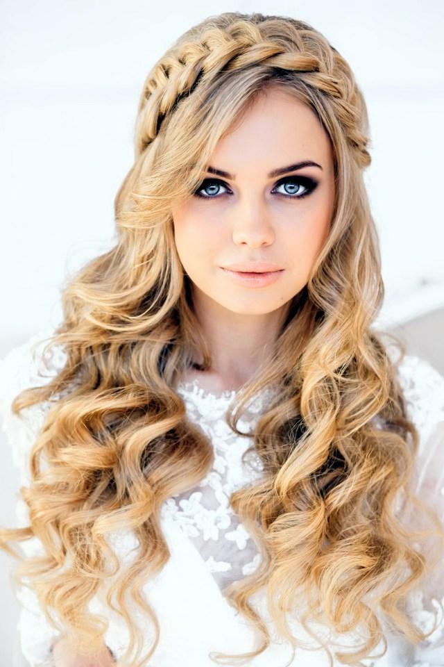 Романтичные прически на длинные волосы – кудри.
