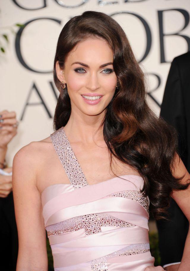 Самая женственная причёска на длинные волосы– распущенные волосы.
