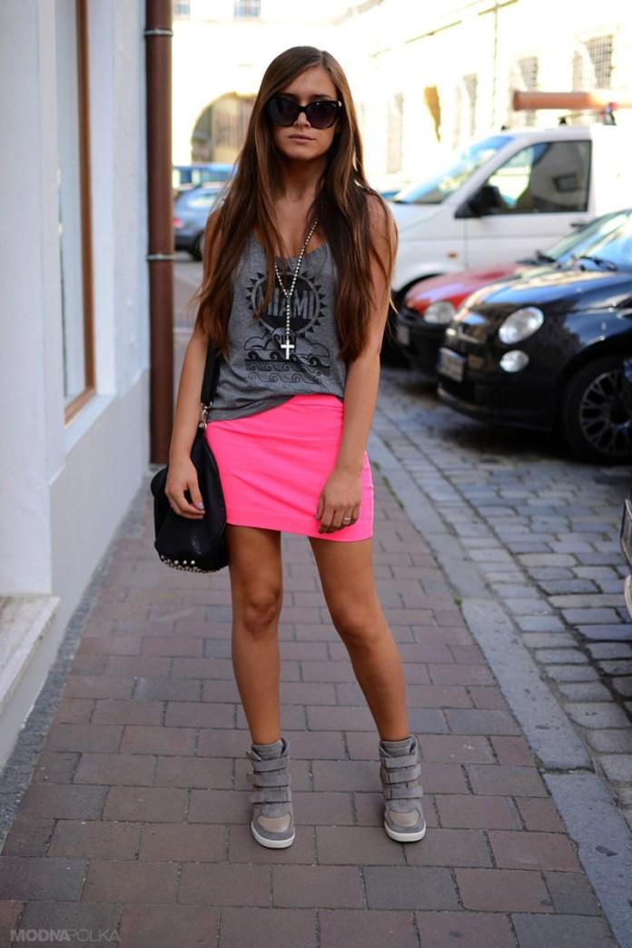 Розовая мини-юбка и кроссовки на платформе