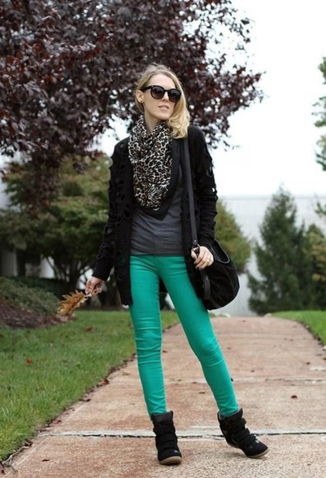 С чем носить кроссовки на танкетке? Сникерсы с леггинсами и кожаными брюками.