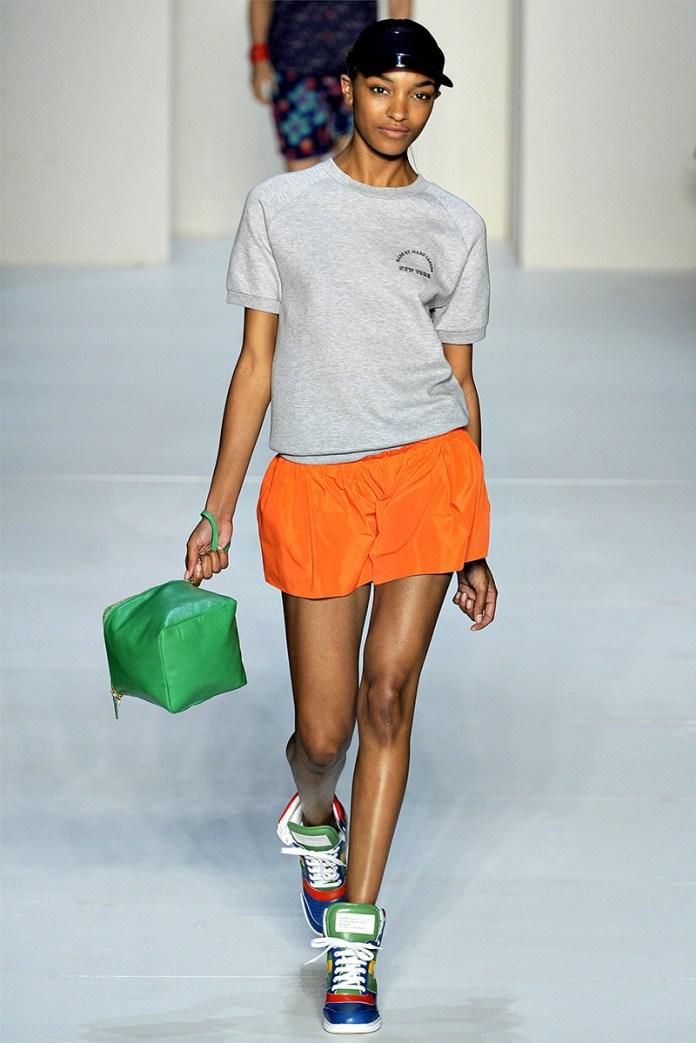 Обувь сникерсы с оранжевыми шортами – фото новинка сезона