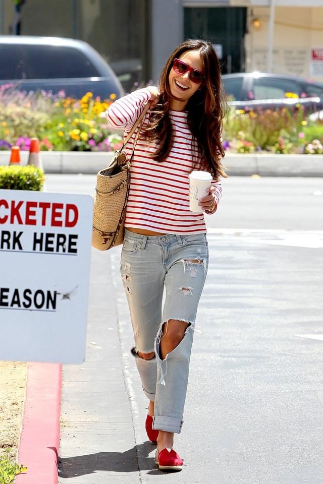 Рваные джинсы с свитшотом в полоску
