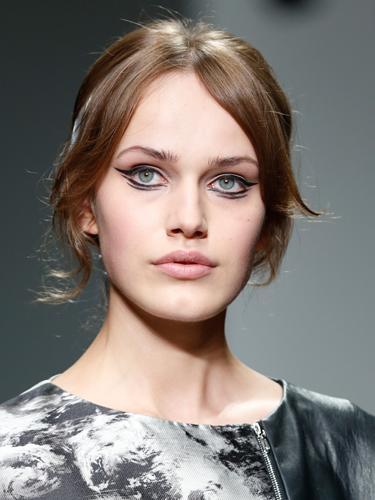 Вариант модного макияжа осень-зима 2014-2015 с двойными стрелками – JeanPierreBraganza