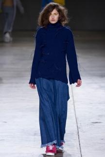 На фото: модные расклешенные джинсы 2015 – Marques Almeida