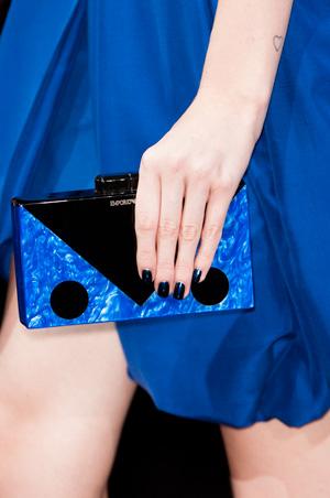 На фото: модная сумка клатч Emporio Armani весна лето 2015
