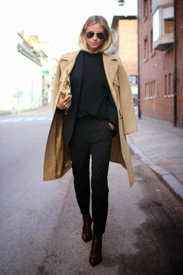 Черный костюм с бежевым плащом. 25 базовых вещей гардероба умной красавицы.