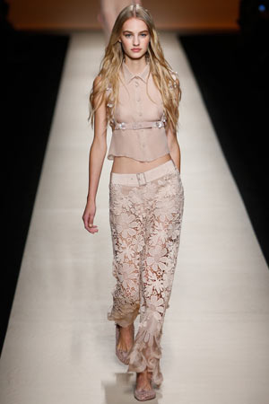 Модные широкие брюки весна лето 2015, украшенные ажурными цветами в сочетании с укороченной блузкой – Alberta Ferretti