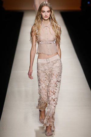 Бежевый модный топ и кружевные брюки Alberta Ferretti