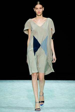 На фото: модное бежевое платье свободного кроя - Angelos Bratis 2015
