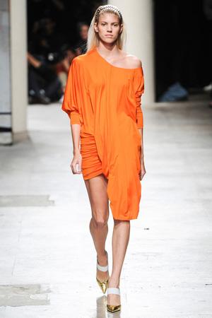 На фото: Barbara Bui весна лето 2015 – бесформенное оранжевое платье