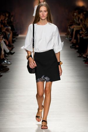 Еще один классический наряд в коллекции Blumarine весна лето 2015 – это прямая черная юбка с белой скромной рубашкой.