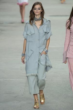 Длинные широкие укороченные брюки с длинной рубашкой туникой Chanel весна лето 2015