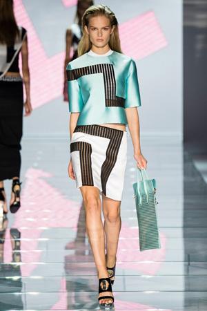 Фото Versace весна лето 2015 – блузка и юбка с геометрическими линиями
