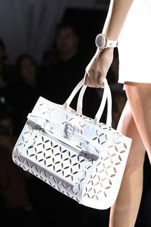 Белая модная сумка с имитацией сетки Versace весна лето 2015