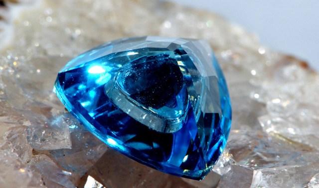 Синий топаз - свойства, кому подходит этот камень?