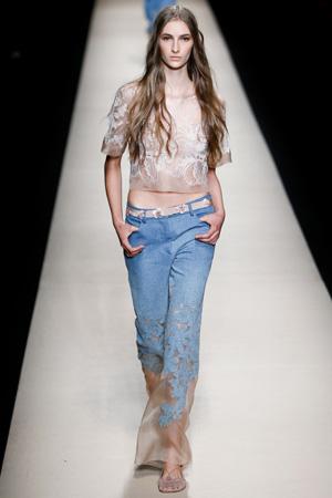 Модные джинсы 2015 с кружевом и блузка – фото Alberta Ferretti 2015
