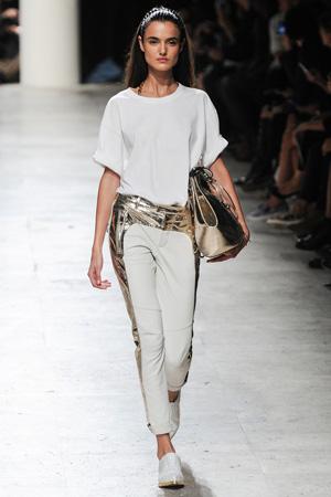 Брюки с золотым украшение и белой футболкой – Barbara Bui 2015
