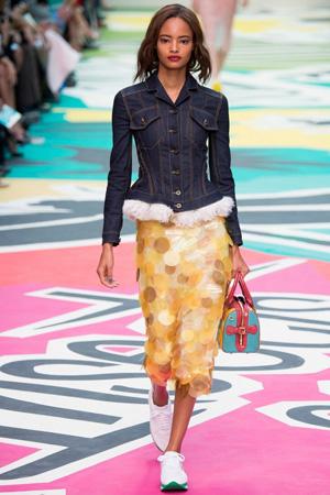 Модная джинсовка с обтягивающей юбкой и кроссовками – фото Burberry Prorsum 2015