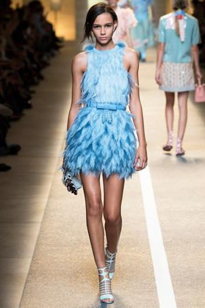Оригинальное голубое летнее платье 2015 с перьями от модного дома Fendi мода весна лето 2015
