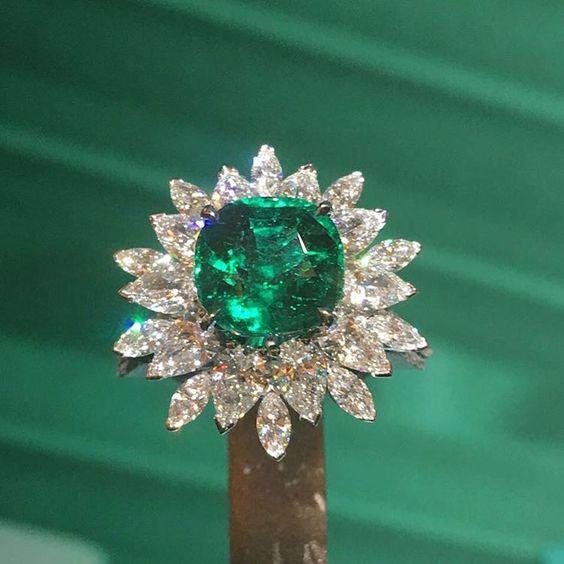 Кольцо с камнем изумруд