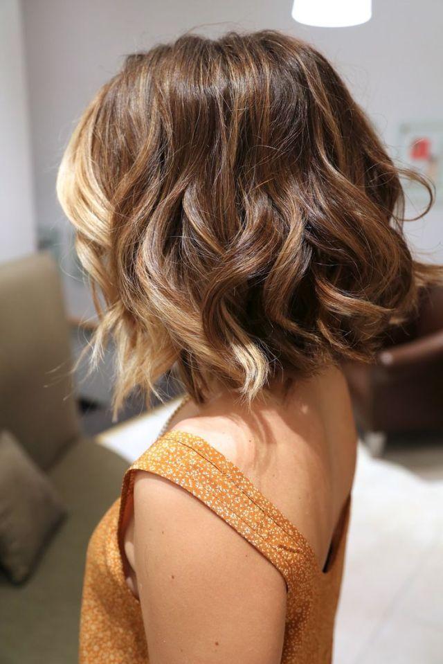 Легкий небрежный стиль: стрижки на средние волосы