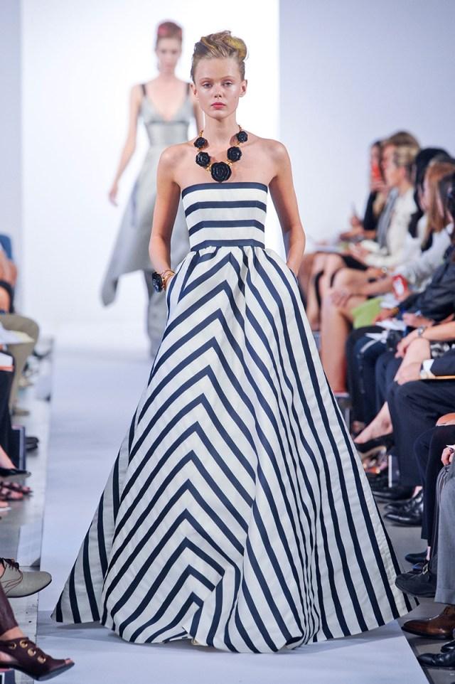 Длинное пышное платье в полоску бело-синего цвета