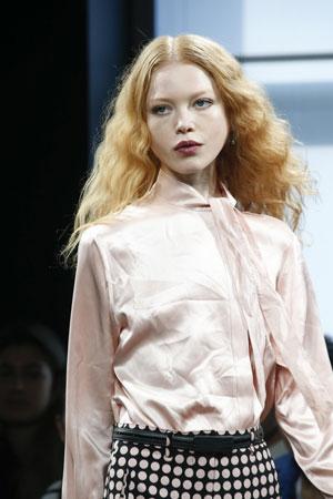 Модная прическа с волнистыми волосами фото осень-зима 2015-2016 – Bottega Veneta