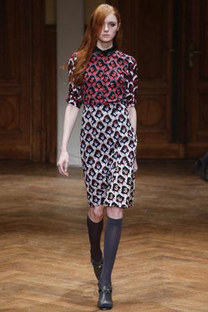 Распущенные рыжие волосы – простая прическа, модная в сезоне осень-зима 2015-2016 – фото Dorothee Schumacher
