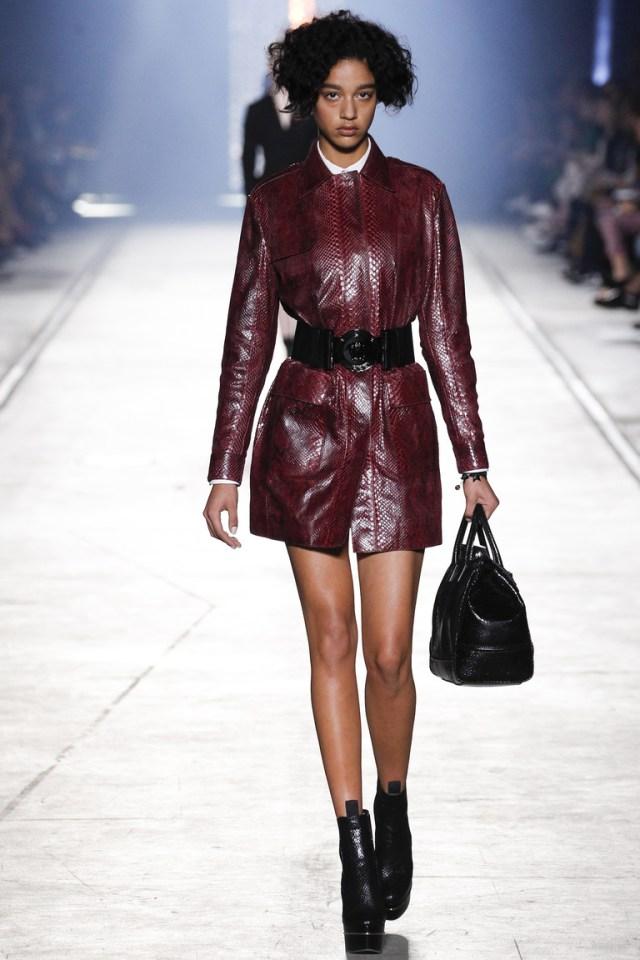 Кожаный модный плащ от Versace, коллекция весна-лето 2016