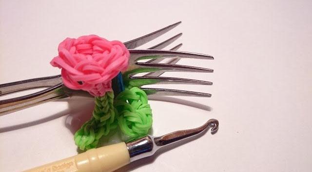 Плетение из резинок на вилке – цветочек
