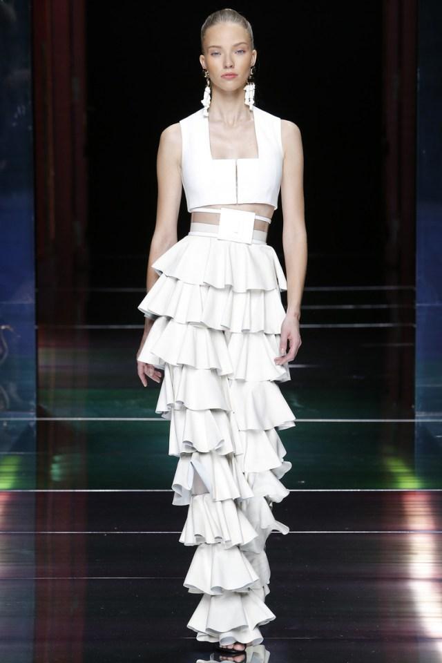 Белое платье, модное в 2016 году, украшенное рюшами – фото новинка от Balmain