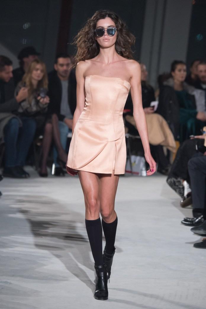 Розовое коктейльное платье 2016 с интересным сочетанием с черными сапогами – фото новинки в коллекции Chapurin