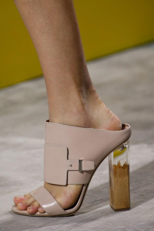 Декор модной обуви 2016 с крупным каблуком – фото новинка в коллекции BOSS Hugo Boss
