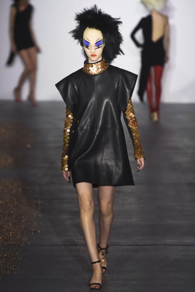 Модное кожаное платье 2016 прямого кроя с золотистым декором – фото новинки от Gareth Pugh