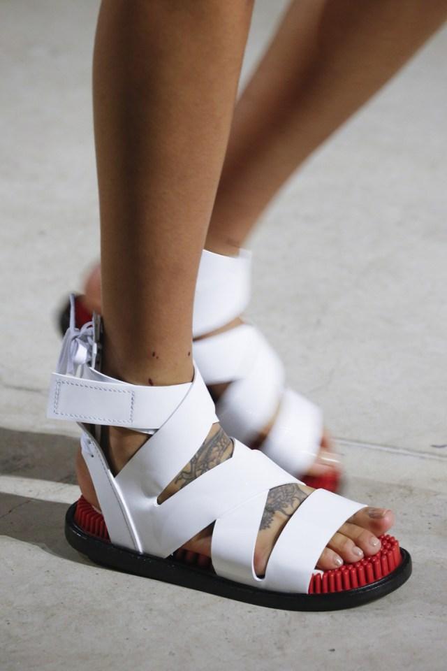 Белые босоножки с ремешками – фото новинка модной обуви 2016 в коллекции Kenzo
