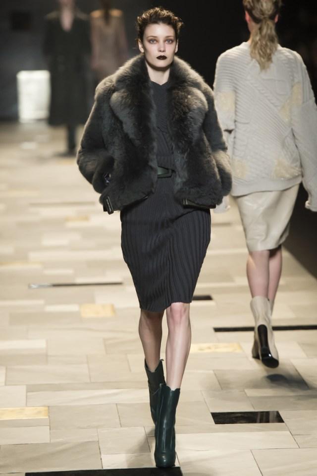Модная короткая меховая куртка 2016 – фото новинки в коллекции Trussardi